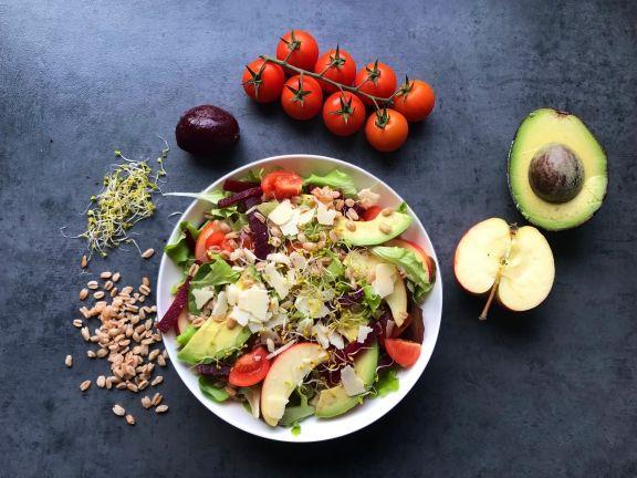 Fitmelonies Salat mit Dinkel, Tomaten, Avocado und Parmesan