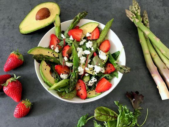 Frischer Spargelsalat mit Erdbeeren, Ziegenkäse und Avocado