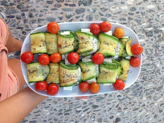 3 sommerliche Low-Carb Rezepte Zucchiniröllchen mit Fetakäse