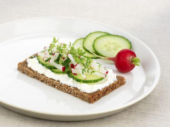 Fitnessbrot mit Frischkäse und Gemüse