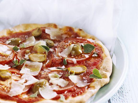 Fladenbrot mit Tomate, grünen Oliven und Parmesan
