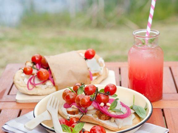 Fladenbrotsandwiches mit Hühnchen, Tomaten, Zwiebeln