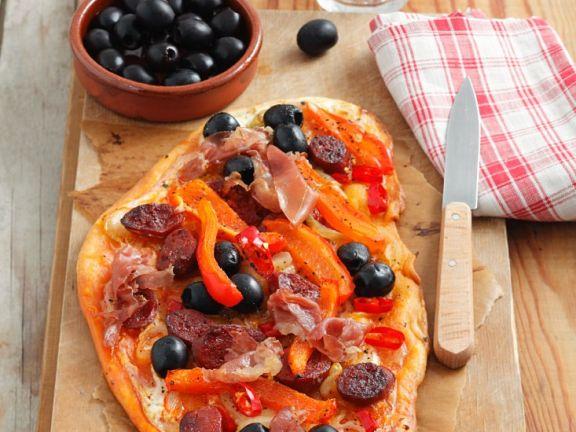 Flammkuchen mit Paprika und Oliven