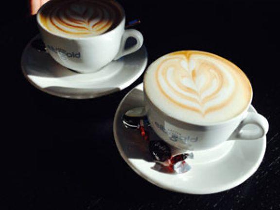 Mit Latte Art verzierter Flat White