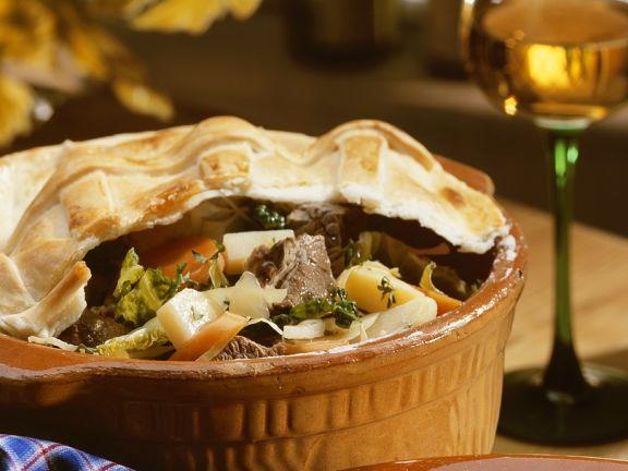 Fleisch-Gemüse-Topf mit Teighäubchen