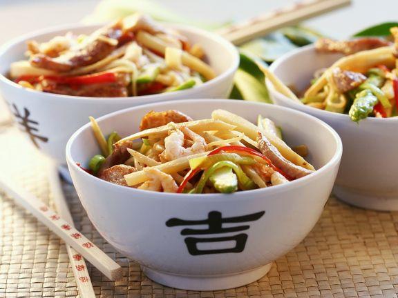 Fleisch mit Garnelen und Gemüse aus dem Wok