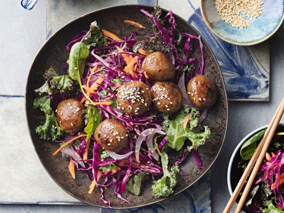 Fleischbällchen auf Kohlsalat