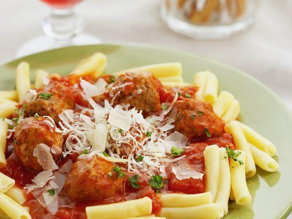 Fleischbällchen in Tomatensauce mit Nudeln