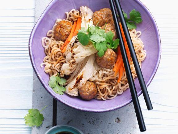 Fleischbällchen mit Asia-Nudeln