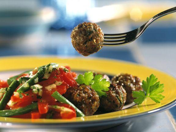 Fleischbällchen mit Gemüsesalat