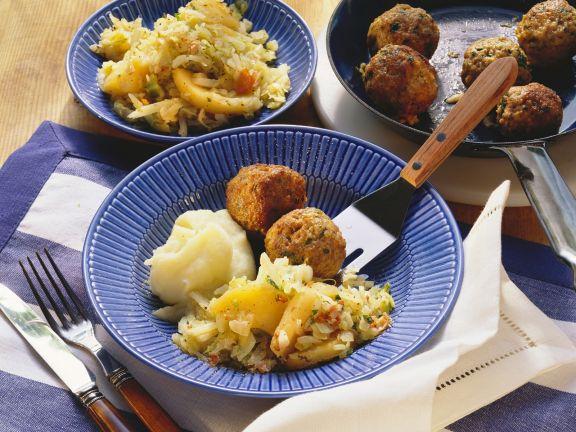 Fleischbällchen mit Kartoffelbrei und Apfel-Kohl-Gemüse