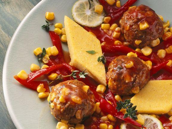 Fleischbällchen mit Polentaecken und Paprika-Mais-Soße