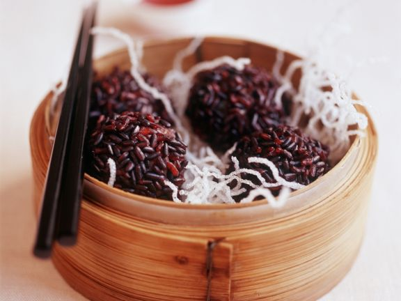 Fleischbällchen mit rotem Reis und ausgebackenen Glasnudeln