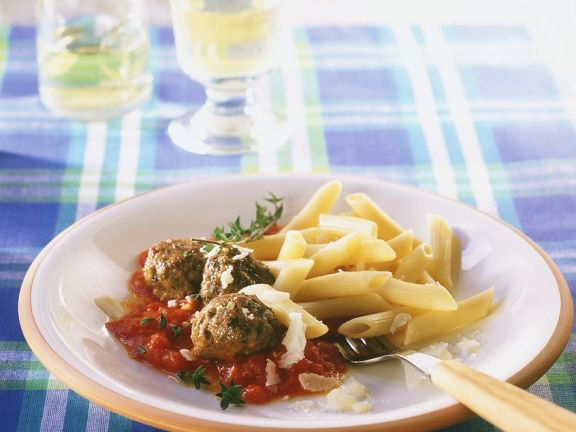 Fleischbällchen mit Tomatensauce und Nudeln