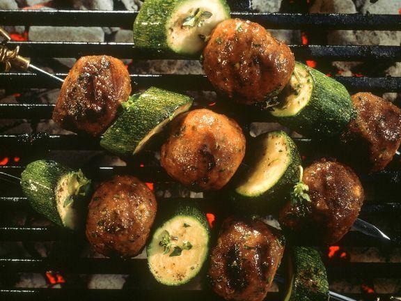 Fleischbällchen-Spieß mit Zucchini