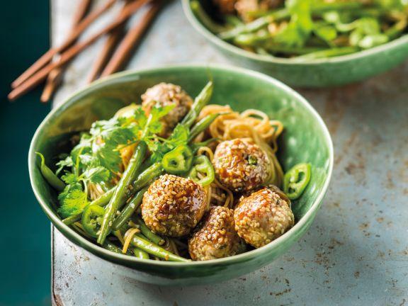 Fleischklößchen mit Asia-Nudeln und grünen Bohnen