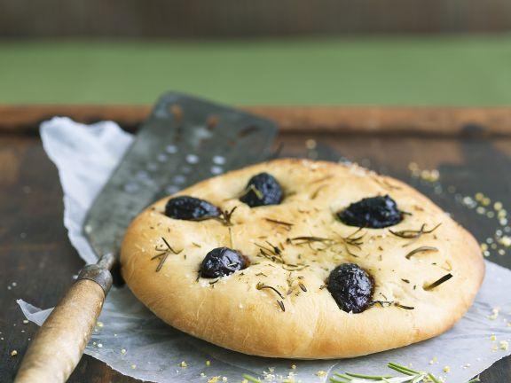Focaccia mit Rosmarin und Oliven