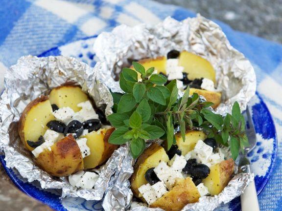 Folienkartoffeln mit schwarzen Oliven und Feta