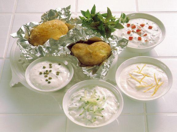Folienkartoffeln mit vier Saucen