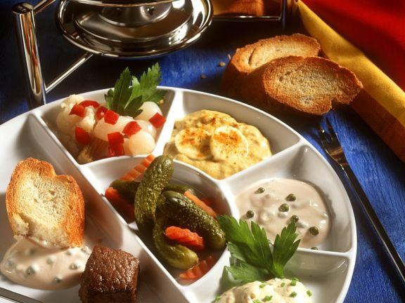 Fondue mit verschiedenen Saucen