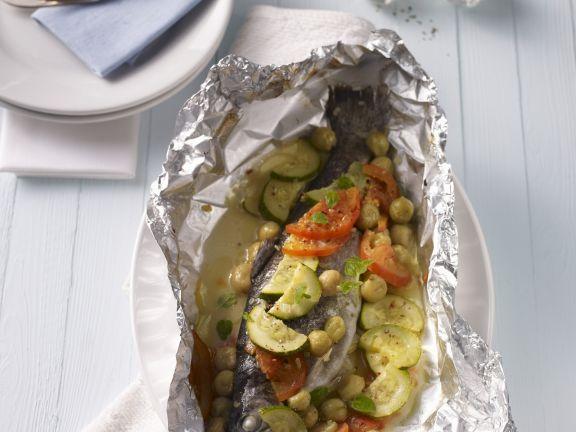 Forelle in der Folie mit Gemüse und Stachelbeeren