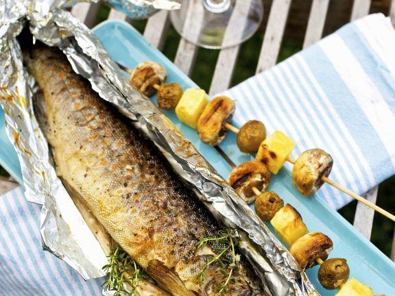 Forelle vom Grill mit Kartoffel-Champignon-Spieß