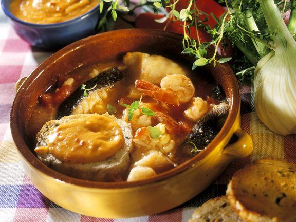 Französische Fischsuppe mit Brot