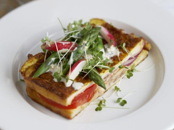 French Toast mit Füllung und Spargel-Radieschen-Topping