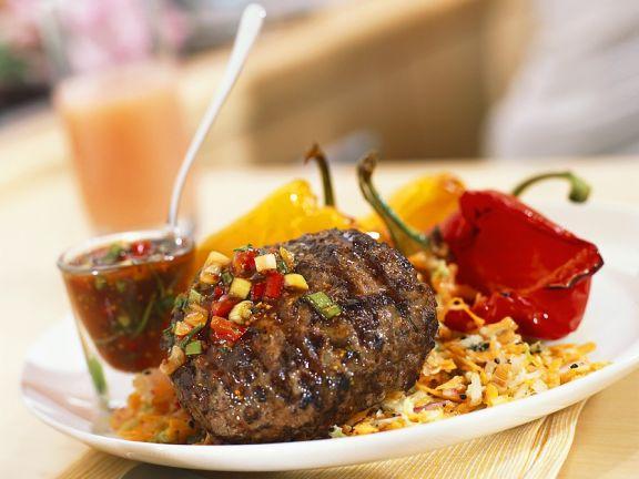 Frikadelle vom Grill mit Paprikaschoten und scharfer Sauce