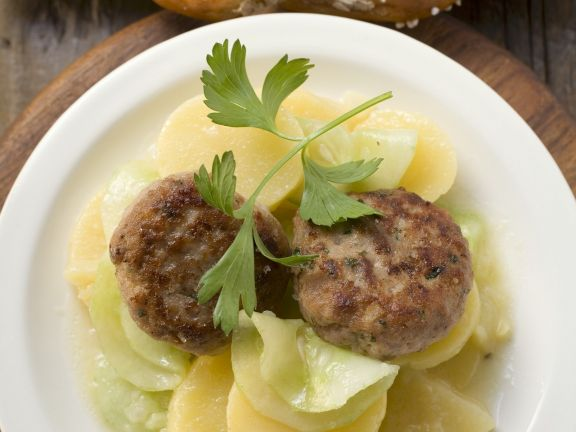 Frikadellen mit Kartoffel-Gurken-Salat und Breze