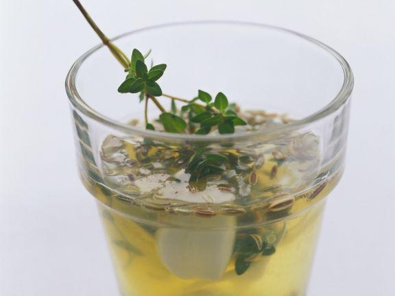 Frische Marinade mit Zitronensaft, Wein, Knoblauch und Kräutern