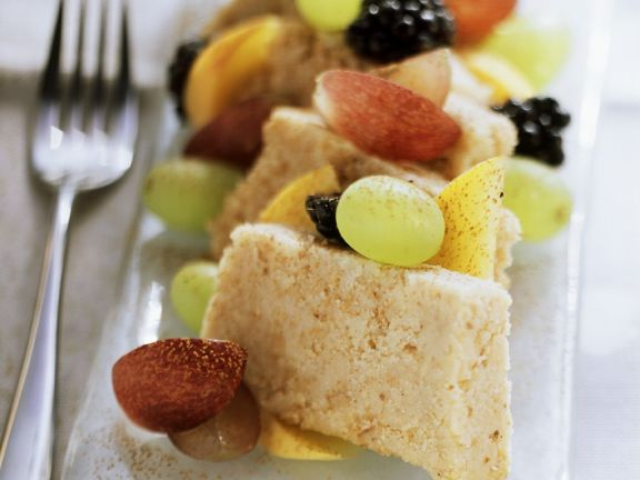 Frisches Obst mit Grießhalva
