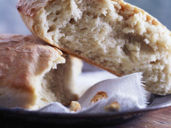 Frisches Weißbrot mit Pinienkernen