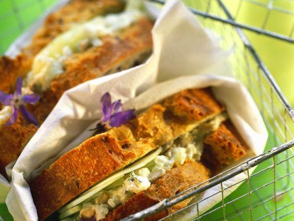 Frischkäse-Gurkensandwich