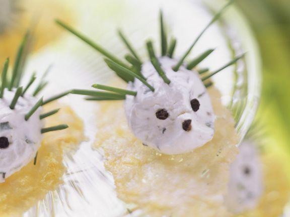 Frischkäse-Igel auf Crackern