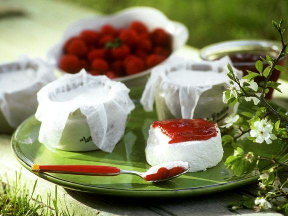 Frischkäse mit Erdbeersauce