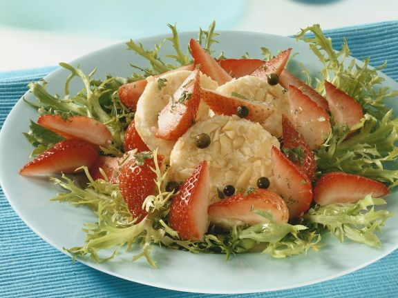 Friséesalat mt Erdbeeren und Käse