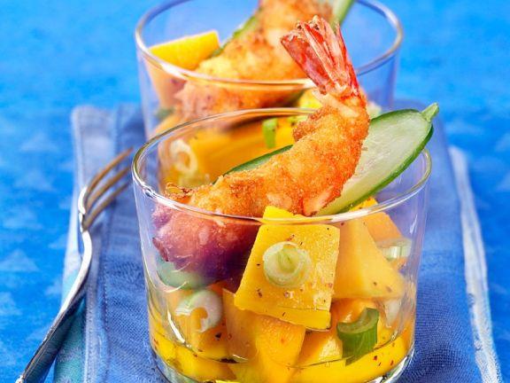 Frittierte Garnelen auf fruchtigem Salat