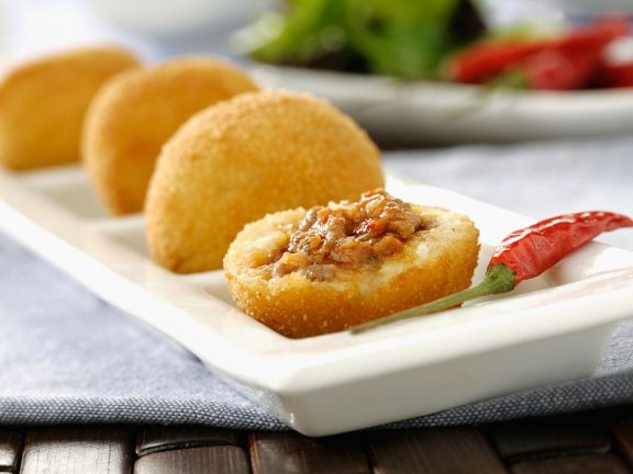 Frittierte Kartoffelklößchen mit Fleischfüllung