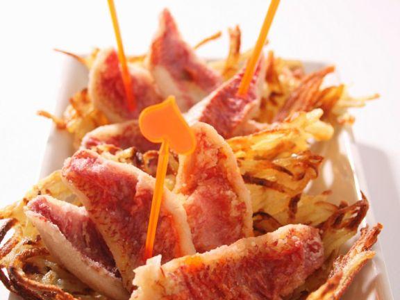 Frittierte Rotbarbe im Kartoffelkörbchen