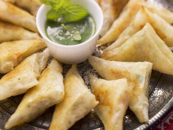 Frittierte Teigtaschen (Brik-Teig) aus Nordafrika mit Garnelen gefüllt und Kräuterdip
