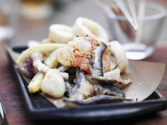 Frittierte Tintenfische mit kleinen Fischen und Zucchini