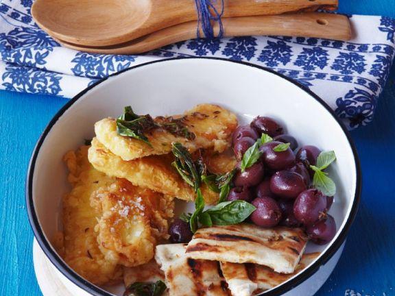Frittierter Käse mit Brotfladen und Oliven