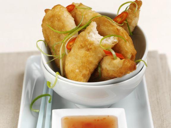 Frittiertes scharfes Hähnchenfleisch und süß-saurem Dip
