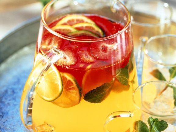 Fruchtbowle mit Erdbeeren, Ingwer, Limetten und Zitronengras