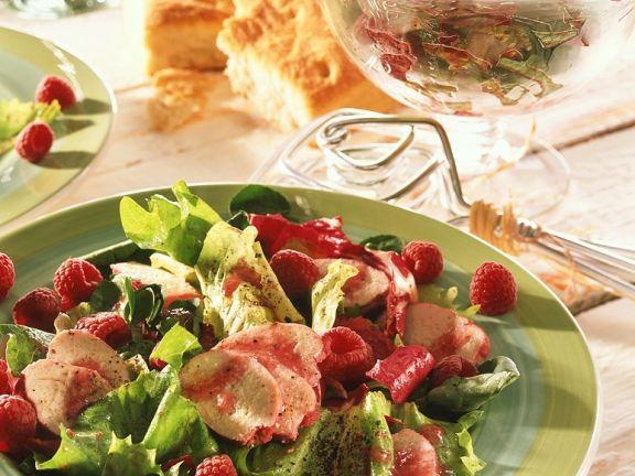 Fruchtiger Blattsalat mit Hähnchenbrust