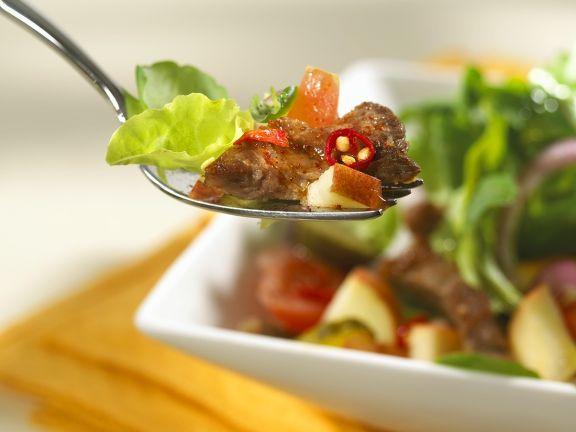 Fruchtiger Blattsalat mit Steakstreifen