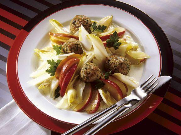 Fruchtiger Chicoreesalat mit Fleischbällchen