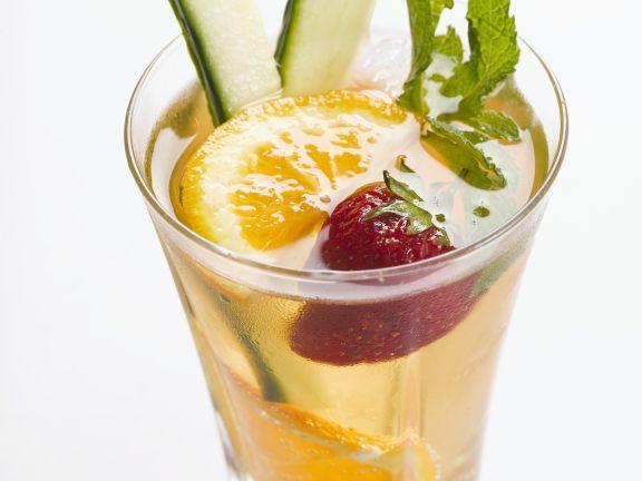Fruchtiger Cocktail mit Orange und Gurke