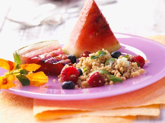 Fruchtiger Couscous-Salat mit gegrillter Wassermelone